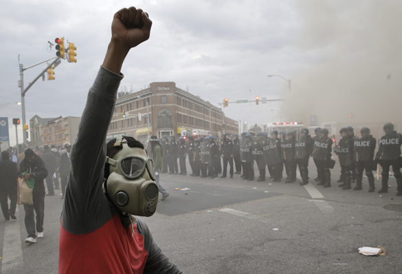 Rioting in Baltimore: CNN and RT reports - feel the difference. Riots in Baltimore