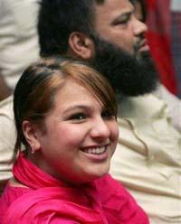 Pakistan court delays return of girl to Scottish mother