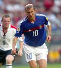 Zinedine Zidane plays ball with Indinesian president