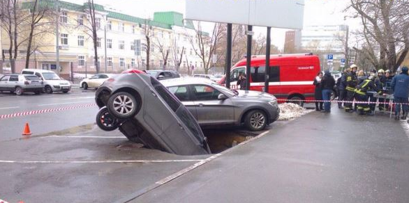 Sinkhole swallows two cars in Moscow. Sinkhole in Moscow