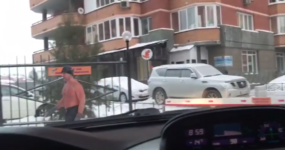In Siberia, man bares torso to go to work at -30C. Video. 59270.png