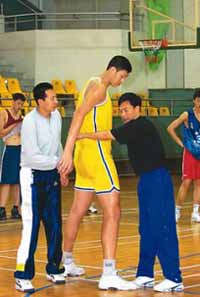U.S. minor league touts 2.37-meter Chinese as tallest to play pro basketball