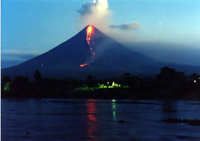 Philippines: volcano close to erruption; people leaving houses