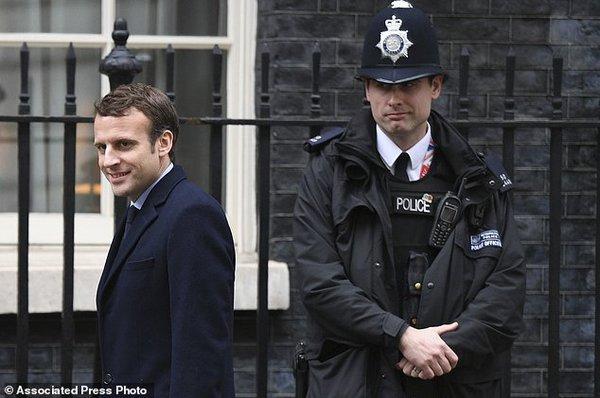 Macron est Moron? Mais non! Il n'est pas aussi intelligent. 60413.jpeg