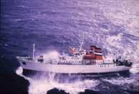 Somali pirates run away from U.S. Navy ship