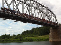 135 people jump off railroad bridge at once in Russia. 47485.jpeg