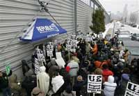 Workers occupy U.S. factory in fight against financial crisis