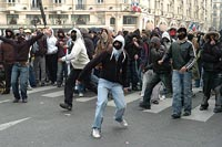 Youth vandalizes stores, sets cars to fire and clashes with police in Paris