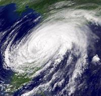 Storm soaks eastern U.S. as hundreds of flights canceled