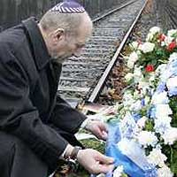 As siren sounds in Israel, millions pause to pay respect to Holocaust victims