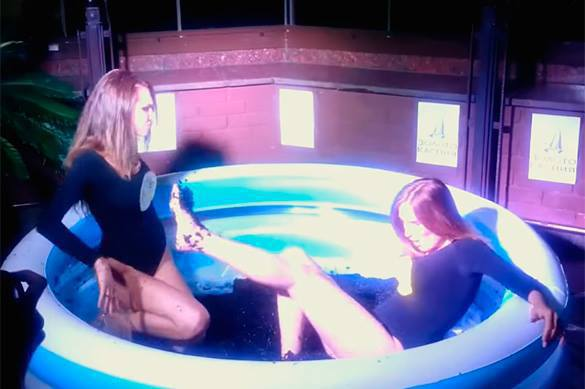 Girls fight in pool of black caviar to mark 700th anniversary of Russian ruble. 58578.jpeg