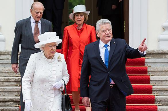German President shocks UK Queen with avant-garde present. Gauck and Elizabeth II