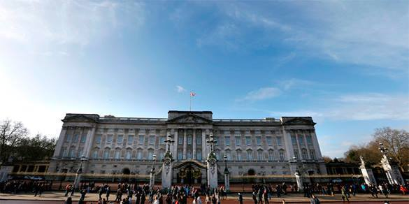 Naked man escapes from Buckingham Palace window as tourists watch him. Buckingham Palace