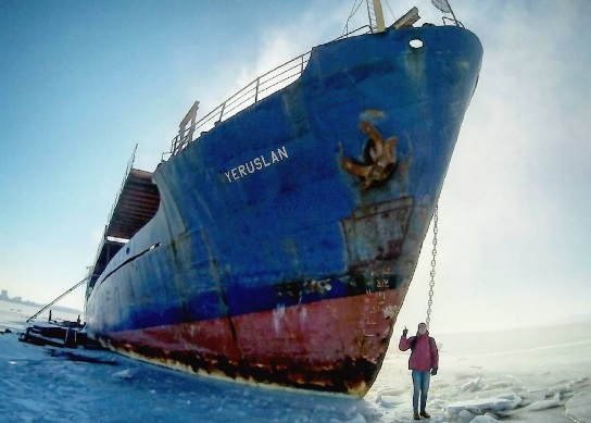 Curious inhabitants of Vladivostok destroy ghost ship. 59699.jpeg