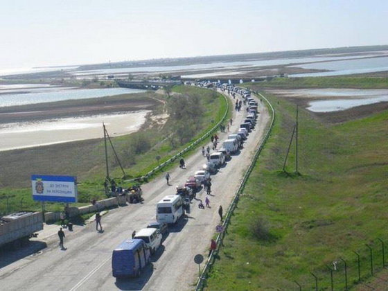 Ukrainians wait for 13 hours in hot cars to enter Crimea for holidays. 60857.jpeg