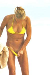 Anna Kournikova pulls her panties down (picture)