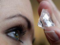 Woman finds pack of diamonds worth ,000 in elevator. 46953.jpeg