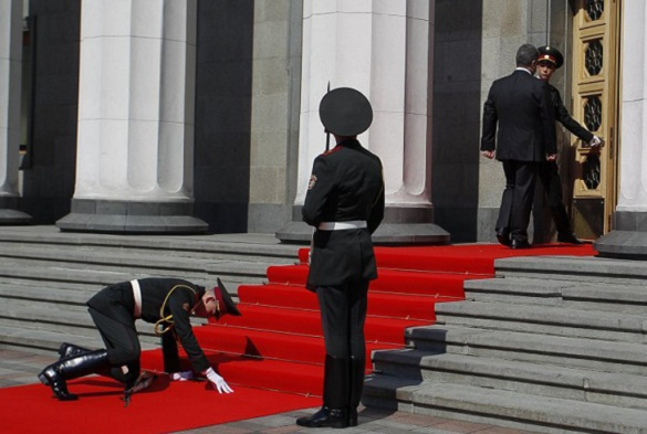 Soldier who collapsed during Poroshenko's inauguration abandoned to the whims of fate. 60995.jpeg