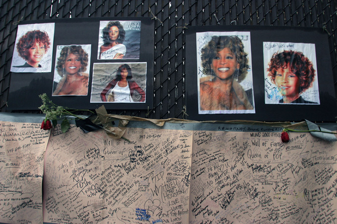 Whitney Houston s cause of death announced Houston drowned accidentally at the Beverly Hilton Hotel on Feb. 11, and autopsy results revealed heart disease and her recent and chronic cocaine use were contributing factors. Houston now joins the long list of entertainers who have died early with drugs at least partly to blame, The AP said  All photos: Splash/All Over Press whitney_houston