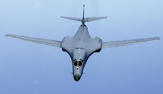 Rockwell B-1 Lancer: variable-barrido ala del jet El Rockwell B-1 Lancer es un cuatrimotor ala supersónica variable de barrido, bombardero estratégico pesado de propulsión a chorro utilizado por la Fuerza Aérea de los Estados Unidos (USAF) rockwell_lancer