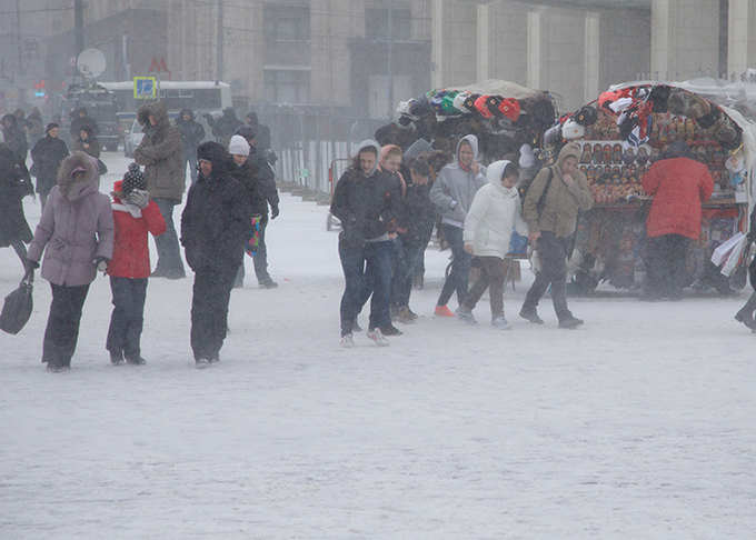 Russia and Ukraine step into Snow Age Heavy snowfall continued for nearly three days in Moscow, with temperatures hovering around 17 degrees Fahrenheit (-8 degrees Celsius), but feeling more like 2 degrees Fahrenheit (-16 C) with the wind chill factor. snow