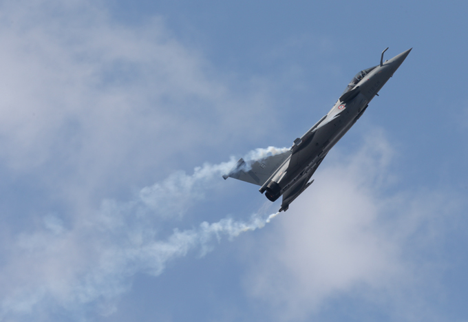 Rafale in action Dassault built a technology demonstrator which first flew in July 1986, however post-Cold War budget cuts and changes in priorities contributed to significant delays. rafale