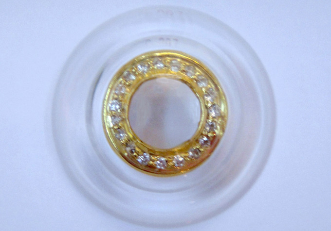 Diamond-encrusted contact lenses Shekar Eye Research Center has developed a line of La SER Eye Jewelry.  The company makes contact lenses with gold and diamonds embedded around the irises of your eyes