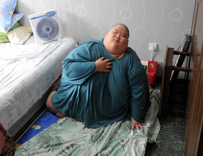 Fire brigade bathe obese man in China Firefighters in Shenyang, Liaoning Province answered an unusual call of duty on July 23 when they helped bathe a   local teen suffering from cerebral palsy and weighing over 150 kilograms. Seven firefighters used bed sheets to carry Xiaofeng (pseudonym), 19, from his bedroom, to the bathroom, local news portal hsxiang.com reports.    All photos: Splash/All Over Press obese_man_china