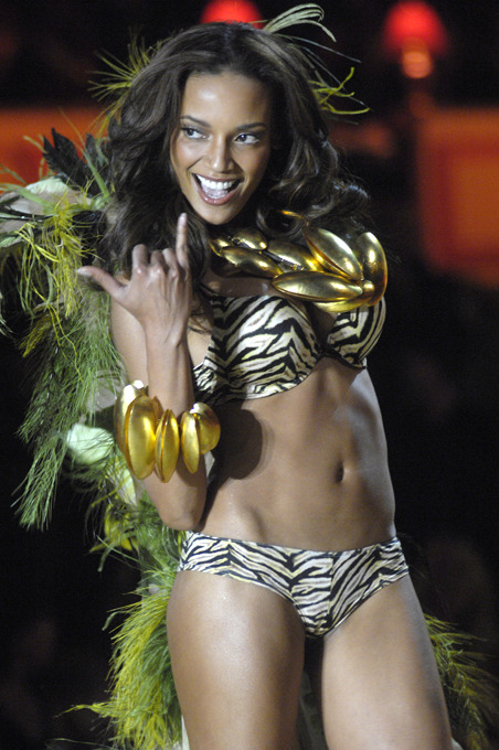 World s most in-demand top models Selita Ebanks (born 15 February 1983) is a Caymanian fashion model. She worked for Victoria s Secret and as a Victoria s Secret Angel from 2005-2008. According to Forbes, Ebanks ranked the twelfth highest paid supermodel for 2008, earning $2.7 million.<br />All photos: Splash/All Over Press top_models