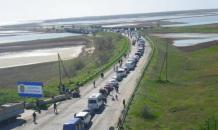 Ukrainians wait for 13 hours in hot cars to enter Crimea for holidays