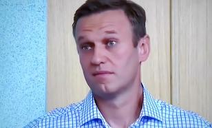 Navalny during court hearing acts like a snake on a frying pan