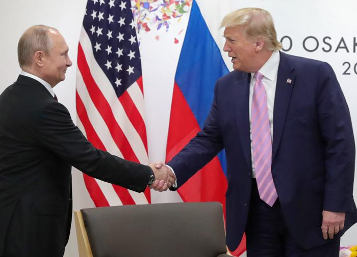 Emancipated US females reproach Putin for picking beautiful translator for Trump