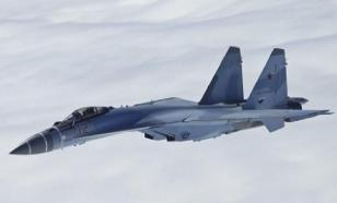 Su-30 fighter aircraft 'peeks' into open hatch of Il-76 transport airplane in midair. Video