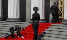 Soldier who collapsed during Poroshenko s inauguration abandoned to the whims of fate