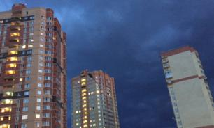 Russian daredevil jumps from high-rise building. Video