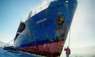 Curious inhabitants of Vladivostok destroy ghost ship