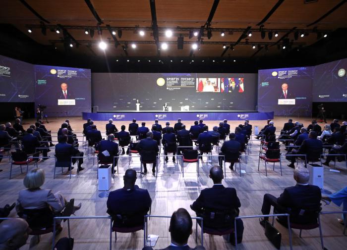 Putin: World economy gradually goes back to normal life