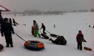 Heroic father saves two children from snow tube like action movie hero