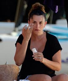 Penelope Cruz pregnant enjoying the beach