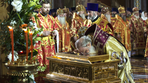 Relics of Saint Nicholas, one of the Russian Orthodox Church s most revered figures, arrived in Moscow on Sunday from an Italian church where they have lain for 930 years. Thousands of people have lined up near the Cathedral of Christ the Savior in Moscow in a hope to come up to kiss the arc, in which the relics are kept