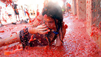 La Tomatina is a festival that is held in the Valencian town of Buñol, a town located 30 km from the Mediterranean, in which participants throw tomatoes and get involved in this tomato fight purely for fun. It is held on the last Wednesday of August, during the week of festivities of Buñol