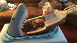 A toy creator and sculptor from New York designed a very unusual crib for his nephew. Joseph Reginella made this bed for the newborn son of his friend Mark Melaccio. The artist, a longtime fan of the movie Jaws, saw Michael s birth as the perfect occasion to create the perfect tribute to his favorite film. Joseph has already received many orders for the crib after photos of his creation went viral on the Internet (All photos: Splash/All Over Press)